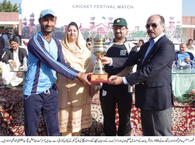 Athar Mehmood Give Trophy
