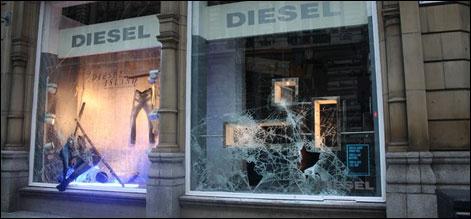 لندن:فسادات چوتھے روز بھی جاری،مانچسٹر میں لوٹ مار،ایک ہلاک