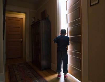 Boy Oppen Door