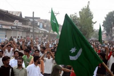 People Waving Pak Flag in Srinagar
