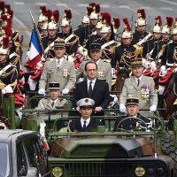 François Hollande a procédé à une revue des troupes avant de rejoindre la place de la Concorde - foto Le Parisien