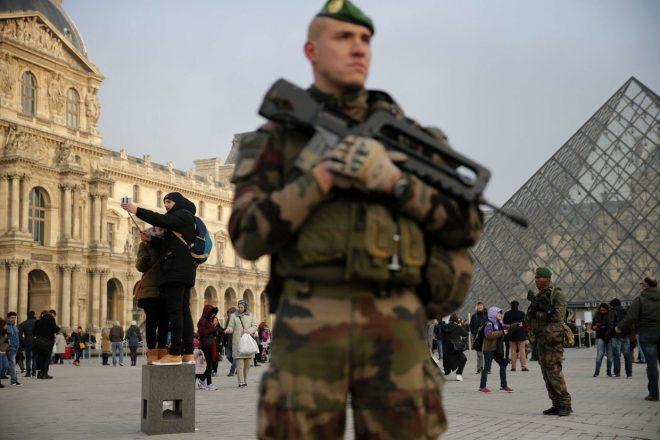 فرانسیسی فوجیوں، کی پیرس میں ایک مشتبہ حملہ آور پر فائرنگ