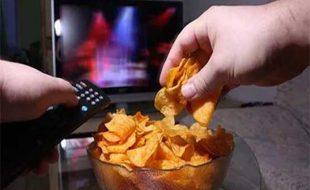 ٹی وی دیکھتے ہوئے کھانا کھانے سے موٹاپے کے امکانات بڑھتے ہیں