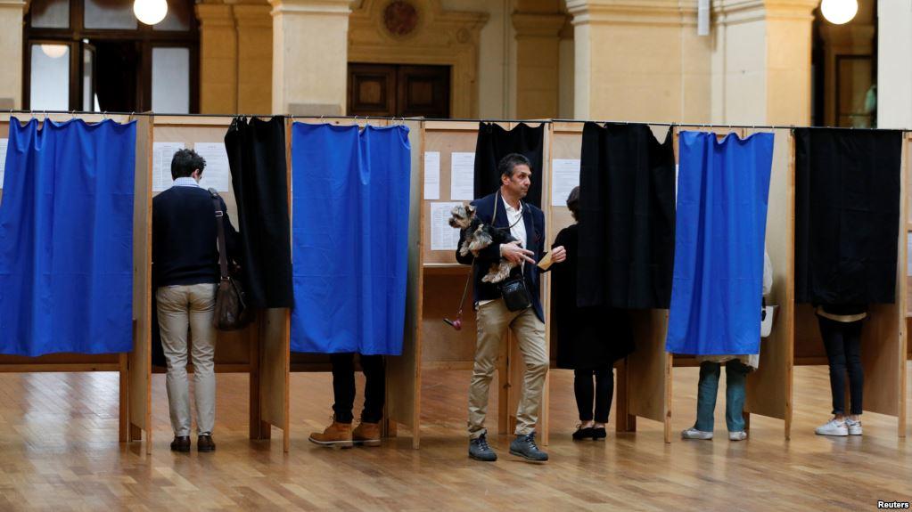 فرانس میں صدارتی انتخابات کے لیے پولنگ