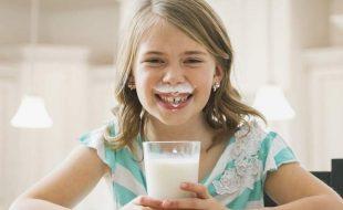 گائے کا دودھ نہ پینے والے بچوں کا قد چھوٹا رہ جاتا ہے، طبی ماہرین