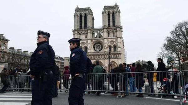 پیرس : پولیس پر حملہ کرنے والے شخص کو گولی مار دی گئی