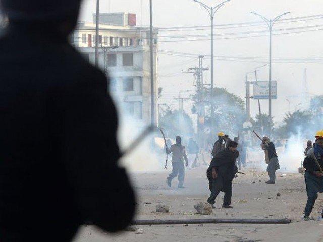 اسلام آباد میں ہائی وے پر رینجرز اور مظاہرین میں جھڑپ، گاڑیاں نذر آتش