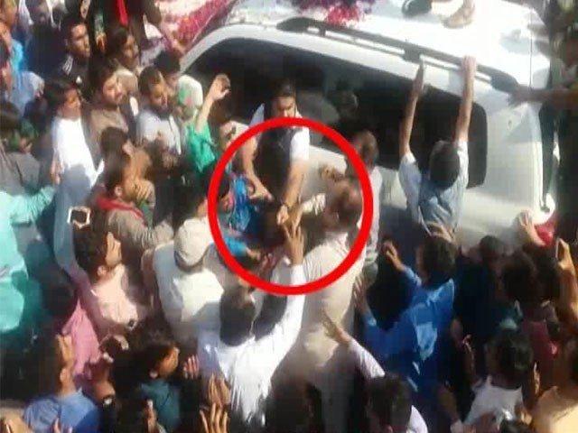 فیصل آباد میں عمران خان پر بھی جوتا پھینکنے کی کوشش، ملزم گرفتار