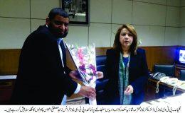محترمہ شازیہ سکندر کو ذمہ داریاں سنبھالنے پر نمائندہ پی ٹی وی نیوز فرانس زاہد مصطفیٰ اعوان پھولوں کا گلدستہ پیش کر رہے ہیں