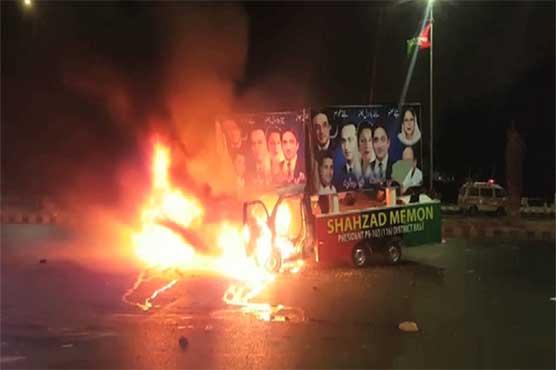 کراچی میں پیپلز پارٹی اور پی ٹی آئی کارکنوں میں تصادم، جلاؤ گھیراؤ